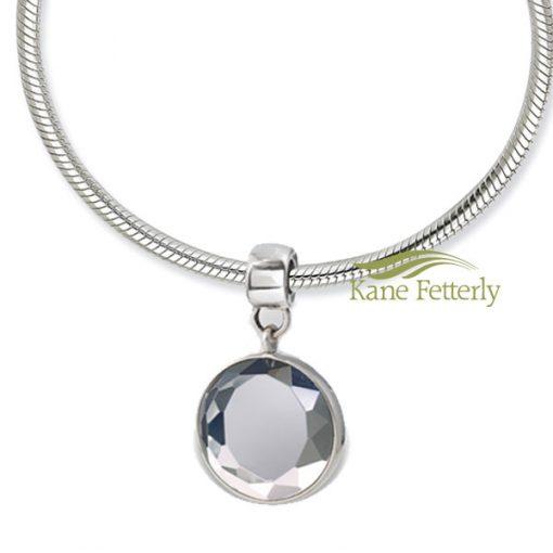 Le bijou utilisé comme breloque sur un bracelet