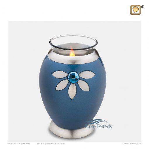 Urne miniature en bougeoir en laiton azur à motif floral.